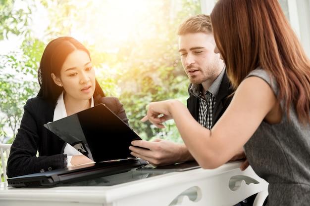 Zakelijke conferentie presentatie met team training flipchart kantoor