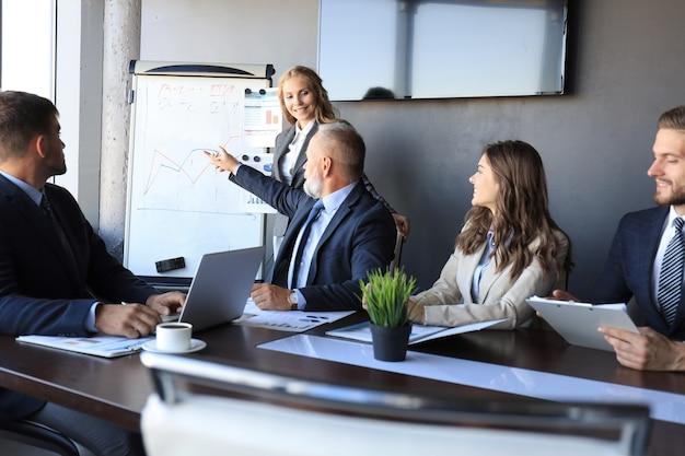 Zakelijke conferentiepresentatie met teamtraining flip-over kantoor.