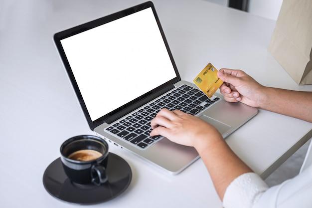 Zakelijke consument met creditcard en typen op laptop voor online winkelen en betalen een aankoop doen op internet, online betalen, netwerken en producttechnologie kopen