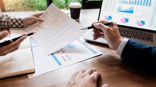 Zakelijke creatieve medewerkers team vergadering bespreken grafiek en grafiek werk.