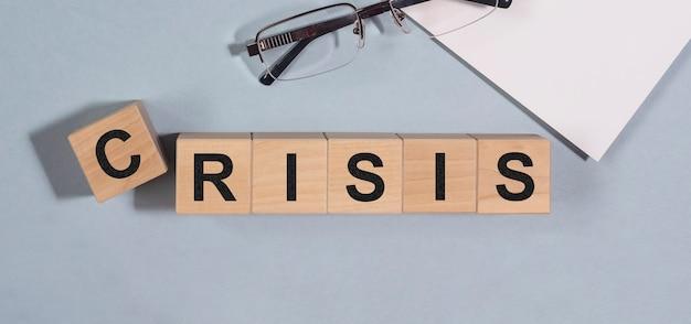 Zakelijke crisis. inschrijving over financieel probleem en economische achteruitgang.
