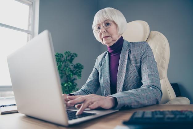 Zakelijke dame aan de balie die op haar laptop werkt
