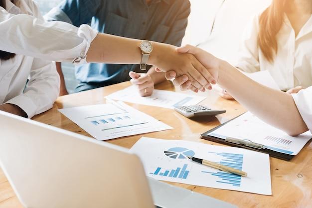 Zakelijke deals handen schudden, vergadering zakelijke mensen