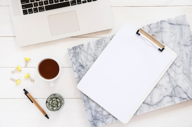 Zakelijke desktop met kantoorelementen