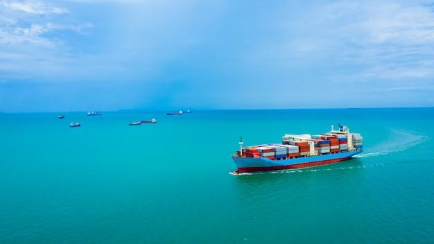 Zakelijke dienstverlening en industrie verzending vrachtcontainers transport import en export internationale luchtfoto
