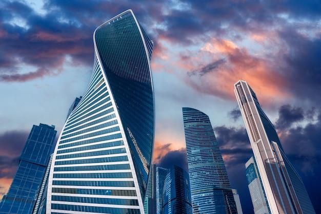 Zakelijke district van moskou stad bij zonsondergang