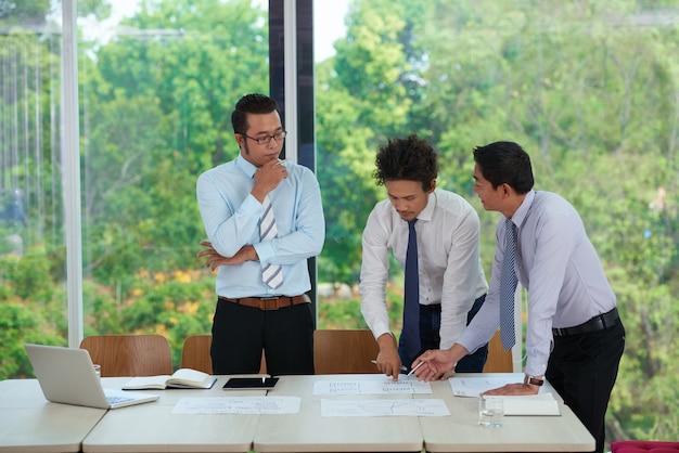 Zakelijke documenten bespreken
