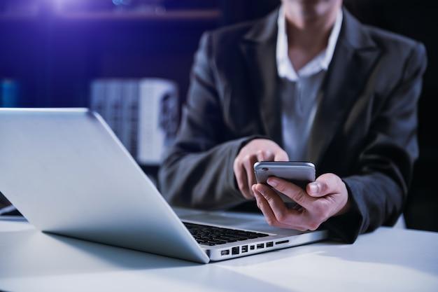 Zakelijke documenten op kantoor tafel met slimme telefoon en digitale tablet en grafiek financiële en man aan het werk