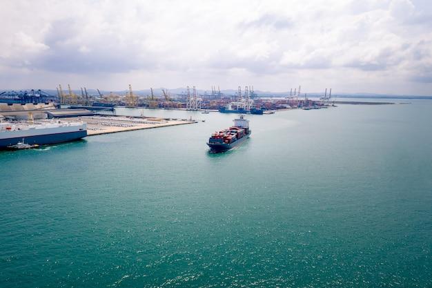 Zakelijke en industriële diensten, containers, logistiek, import en export internationale open zee en scheepvaarthaven in de luchtfoto van thailand