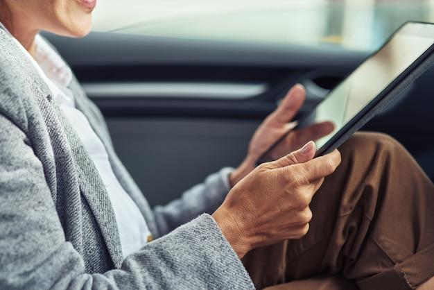 Zakelijke en technologieën bijgesneden opname van zakenvrouw die online werkt op weg naar kantoor die ze is