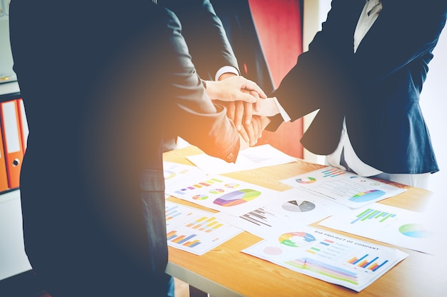 Zakelijke en zakelijke financiële teamwork werken op de vergadering en de business van online business.