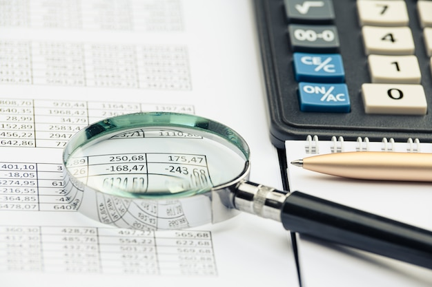 Zakelijke financiële documenten, office rekenmachine en pen op tafel. cijfers en grafieken
