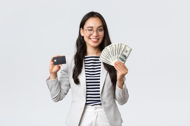Zakelijke financiën en werkgelegenheid ondernemer en geld concept succesvolle aziatische zakenvrouw showin...