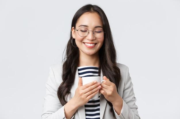 Zakelijke financiën en werkgelegenheid vrouwelijke succesvolle ondernemers concept glimlachend gelukkig aziatisch bedrijf...