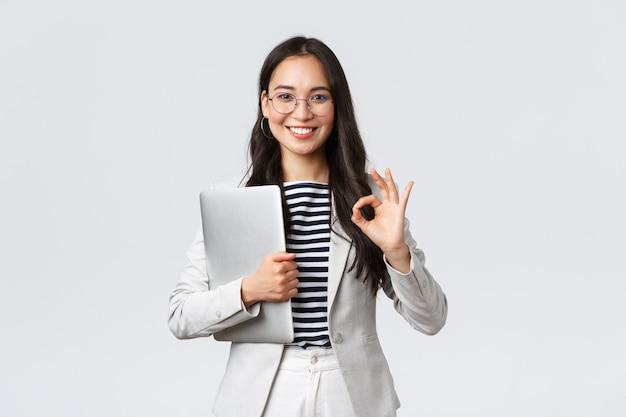 Zakelijke financiën en werkgelegenheid vrouwelijke succesvolle ondernemers concept jonge zelfverzekerde zakenvrouw...
