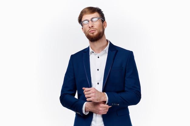 Zakelijke financiën knappe man met bril en blauwe jas geïsoleerd op een witte achtergrond