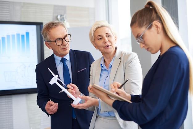 Zakelijke gesprekken in vergaderruimte