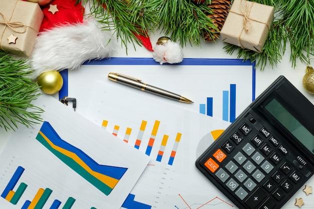 Zakelijke grafieken en kerstversieringen