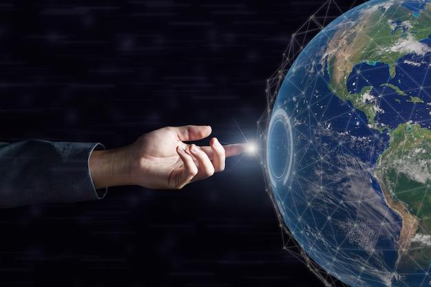 Zakelijke hand aanraken van wereldwijde netwerk en gegevensuitwisseling over de hele wereld op dark. elementen van deze afbeelding geleverd door nasa