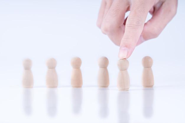 Zakelijke hand kiest leiderschap voor moderne zaken