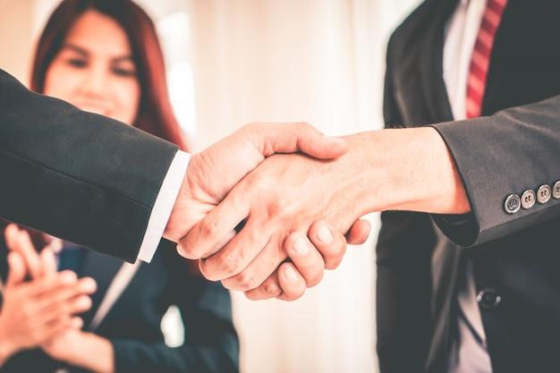 Zakelijke handbewegingen tussen bedrijfsdirecteuren