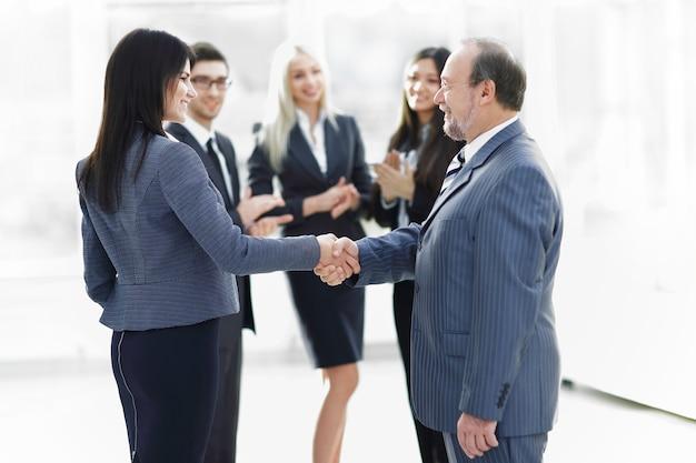Zakelijke handdruk en mensen uit het bedrijfsleven concept. twee mannen handen schudden. concept van partnerschap