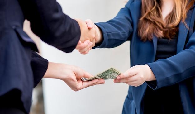 Zakelijke handdruk en teamwork voor geld en succesdoel