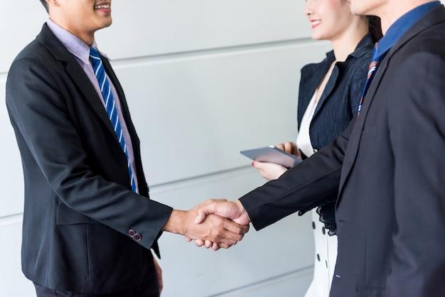 Zakelijke handdruk en teamwork voor succes en doel