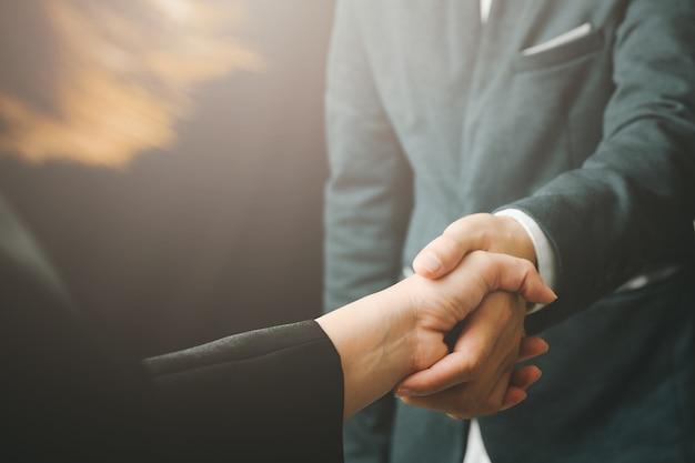 Zakelijke handdruk met partnerschap zakenmensen succesvolle concept collega's handshaking proces.