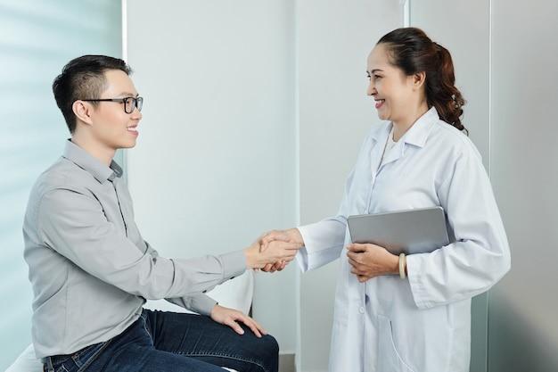 Zakelijke handdruk op het kantoor van de dokter