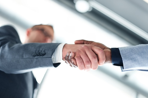 Zakelijke handdruk. zakenman die een handdruk geeft om de deal te sluiten