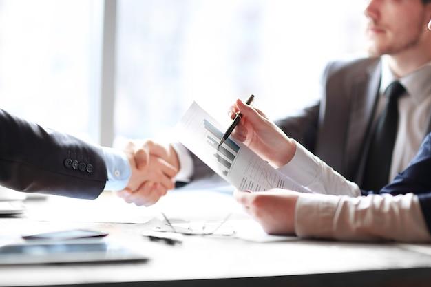 Zakelijke handdruk zakenmensen aan de balie