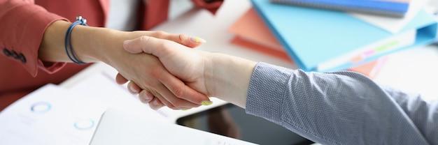 Zakelijke handdruk zakenmensen op de werkplek close-up
