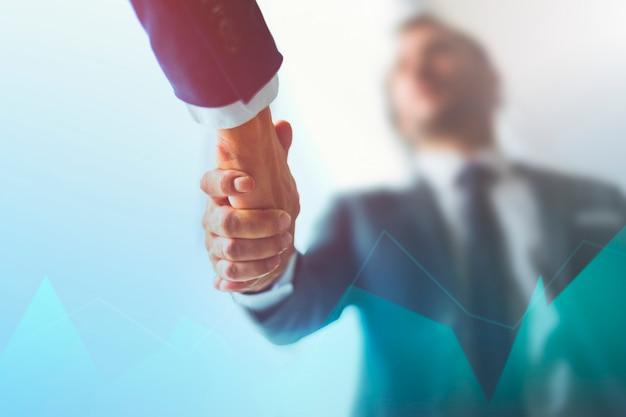 Zakelijke handenschudden op overeenkomstachtergrond