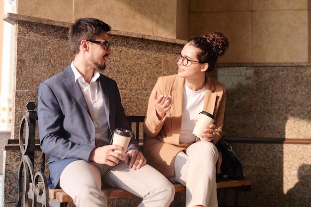 Zakelijke ideeën bespreken tijdens de koffiepauze