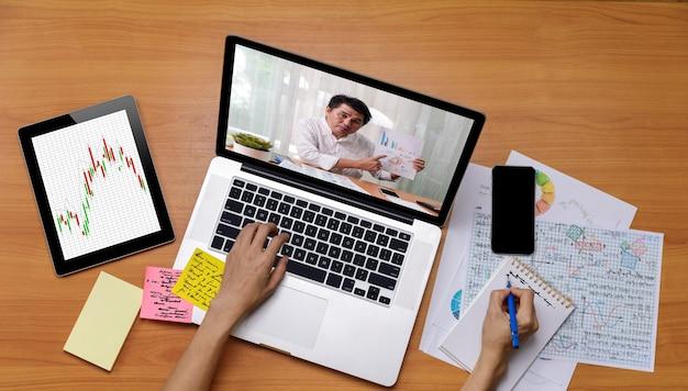 Zakelijke interlokale videogesprek, zakenman en zakenvrouw analyse financieel rapport met behulp van videoconferentie-applicatie voor virtuele communicatie