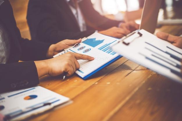 Zakelijke man advocaat vergadering partner afspraak met auditor.