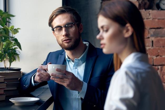 Zakelijke man en vrouw in een café communicatieprofessionals