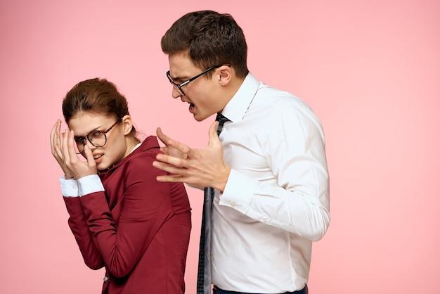 Zakelijke man en vrouw kantoorwerk collega's team office management studio roze achtergrond.