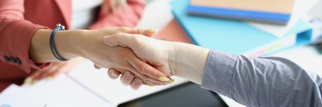 Zakelijke man en vrouw schudden elkaar de hand close-up