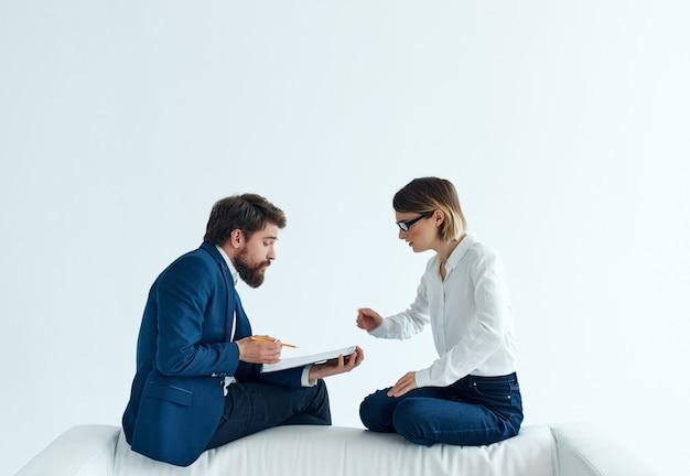 Zakelijke man en vrouw team communicatie werk professionals