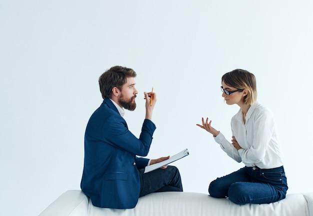 Zakelijke man en vrouw werken kantoor communicatie team