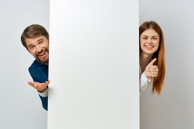 Zakelijke man en vrouw witboek advertentie presentatie