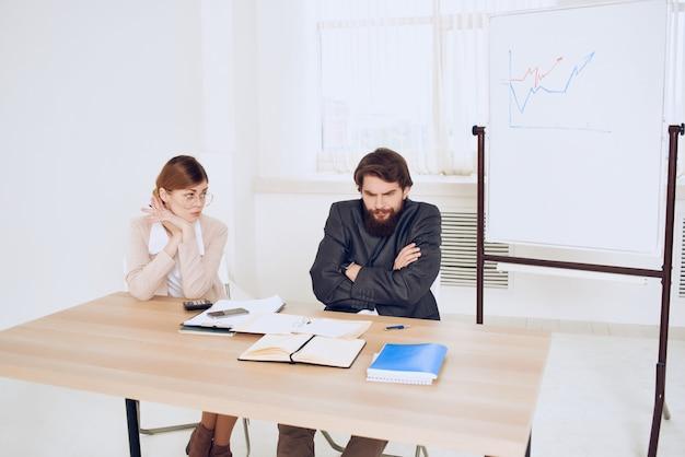 Zakelijke man en vrouw zitten aan de werktafel en schreeuwen ontevredenheid communicatie-emoties