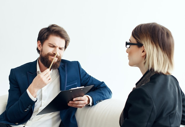 Zakelijke man en vrouw zittend op de bank communicatie sollicitatiegesprek inhuren