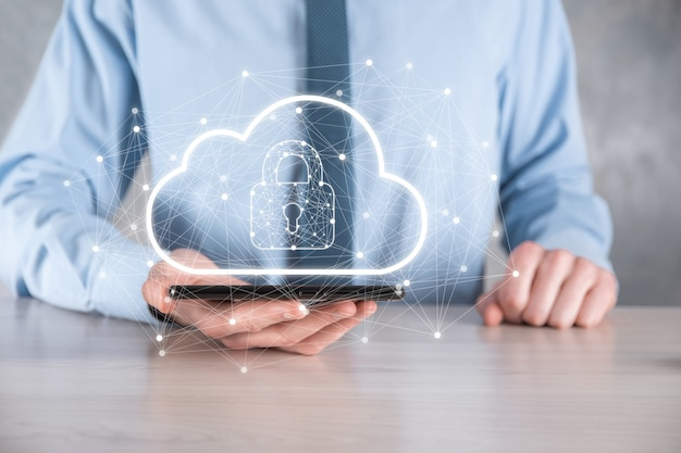 Zakelijke man vasthouden, met cloud computing-gegevens en beveiliging op wereldwijde netwerken, hangslot en cloudpictogram. technologie van het bedrijfsleven. cyberbeveiliging en informatie of netwerkbescherming. internetproject