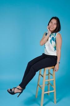 Zakelijke meisje op blauwe achtergrond, portret vrouw, aziatisch meisje