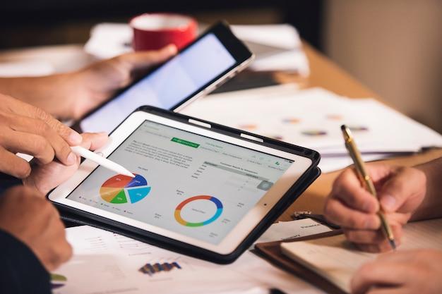 Zakelijke mensen analyse grafiek rapport in de kantoorruimte