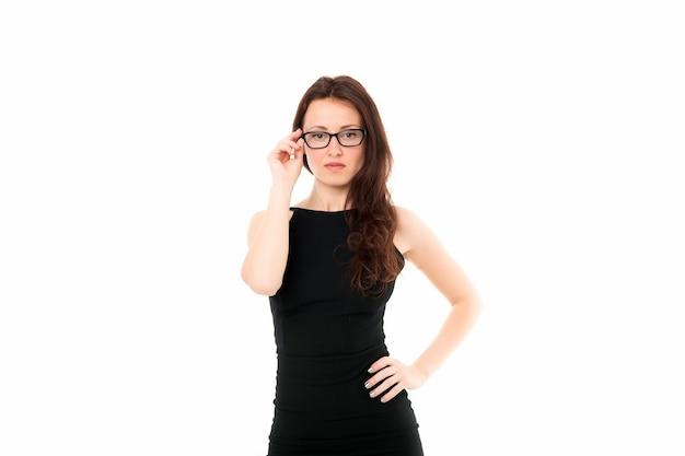 Zakelijke mode-look. zelfverzekerde zakenvrouw. eruit zien als een baas. succesvolle vrouwelijke leider. sexy fashion modelin bril. glamour formele stijl. elegante vrouw zwarte jurk geïsoleerd op wit.