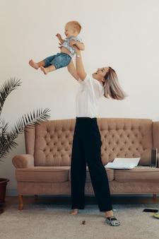 Zakelijke moeder neemt een pauze. multi-tasking, freelance en moederschap concept